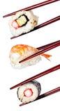 Nigiri-Sushi mit den Essstäbchen lokalisiert auf einem weißen Hintergrund Stockfoto