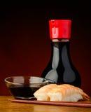 Nigiri-Sushi mit Garnelen und Sojasoße Lizenzfreie Stockfotos