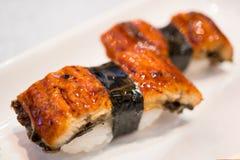 Nigiri-Sushi mit gebratenem Aal unagi auf weißem Hintergrund Stockfotos