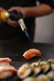 Nigiri-Sushi mit Lachsburning Lizenzfreies Stockfoto