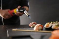 Nigiri-Sushi mit Lachsen Stockfotos