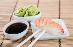 Nigiri Sushi mit Sojasoße und Wasabi Lizenzfreies Stockfoto