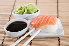 Nigiri-Sushi mit Sojasoße und Wasabi Stockfoto