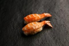 Nigiri sushi som består av tigerräka och ris Royaltyfria Foton