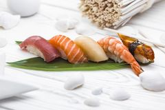 Nigiri sushi som göras med den smakliga fisken och laxen arkivfoton
