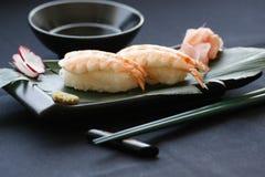 Nigirisushi met garnalen en tonijnvissen op het gastronomische platting op zwarte achtergrond stock foto's