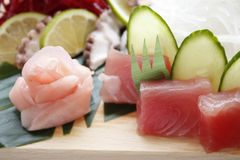 Nigirisushi met garnalen en tonijnvissen op het gastronomische platting op zwarte achtergrond royalty-vrije stock afbeeldingen