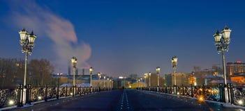 Nignt Stadtbild mit Laternen Lizenzfreie Stockfotos