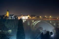 Nigt-Skyline von Brücke Luxemburgs Adolphe Stockbilder