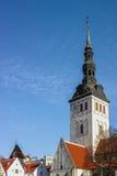 Niguliste oder St. Nicholas Church und Ziegeldächer in Tallinn stockfotografie