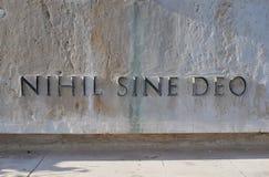Nihil正弦Deo拉丁语为`没什么,不用上帝在一座大理石纪念碑的`题字纪念在世界大战中下落的无名战士 库存图片