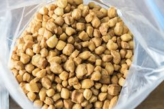 Niigerian Chin Chin Snack Served på partier arkivfoton