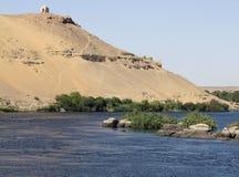 Nijl en mausoleum dichtbij Aswan Stock Afbeeldingen