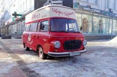 Nijni-Novgorod, Russie - 5 février 2016 Amour mobile de machine de café de café actuel sur la rue de Pokrovskaya Photo libre de droits