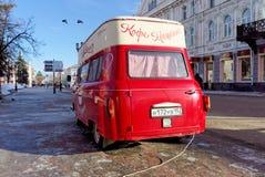 Nijni-Novgorod, Russie - 5 février 2016 Amour mobile de machine de café de café actuel sur la rue de Pokrovskaya Photo stock