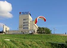 Nijni-Novgorod, Russie - 26 juin 2014 Commencer le parapentisme de la haute banque de la Volga dans Nijni-Novgorod Images stock