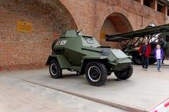 Nijni-Novgorod, Russie - 3 mai 2013 Touristes visitant le véhicule blindé BA-64 à l'exposition de l'équipement militaire Photographie stock libre de droits