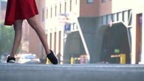 Nikła kobieta stoi na kwadracie przeciw tłu centrum handlowe iść na piechotę w sneakers zbiory