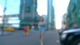 Nikła kobieta w błękit sukni odprowadzeniu na lato ulicie, super zwolnionego tempa bokeh wideo, 250 fps zdjęcie wideo