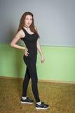 Nikła młoda kobieta robi gimnastycznym ćwiczeniom w gym Zdjęcia Royalty Free