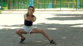 Nikła sport dziewczyna w skrótach robi rozciąganiu zdjęcie wideo