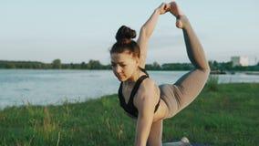 Nikłej kobiety ćwiczy joga w ranku Brunetki dziewczyna robi joga ruchom zdjęcie wideo