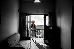 Nikła kobieta w peignoir, stoi na balkonie Obraz Stock