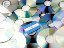 Nikaraguańska flaga na górze cd i DVD stosu odizolowywającego na bielu Zdjęcia Stock