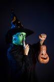 Nikczemna czarownica z dyniowym lampionem Fotografia Royalty Free