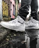 Nike Air dans le milieu urbain de la Belgique image stock