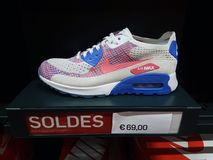 Nike Air Max Shoe On skärm royaltyfria bilder