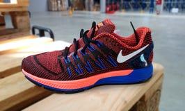 Nike die tennisschoenen in werking stellen Royalty-vrije Stock Fotografie