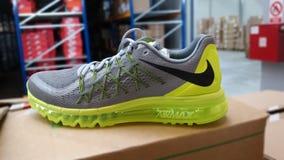 Nike die tennisschoenen in werking stellen Royalty-vrije Stock Foto's