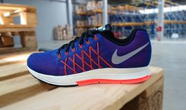 Nike die tennisschoenen in werking stellen Stock Fotografie