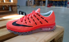 Nike die tennisschoenen in werking stellen Stock Afbeeldingen
