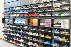 Nike Działający buty Dla sprzedaży W Nike Obuwianego sklepu pokazie zdjęcia royalty free