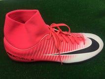 Nike fotboll skor till salu arkivbild