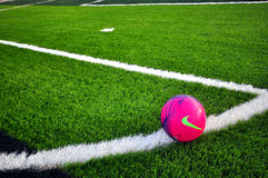 Nike-Fußball auf grünem Gras Stockfoto
