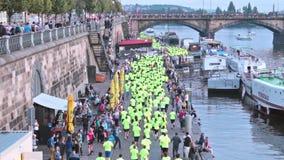 Nike funcionamos con el maratón 2 de Praga del prg almacen de metraje de vídeo
