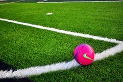 Nike futbol na zielonej trawie Zdjęcie Stock