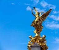 Nike (gudinna av segern) staty på Victoria Monument Memorial utanför Buckingham Palace, London royaltyfri fotografi