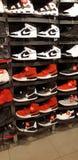 Nike-hightop van Canada van het sportmerk footlocker doet rode zwarte witte het enkel royalty-vrije stock foto's