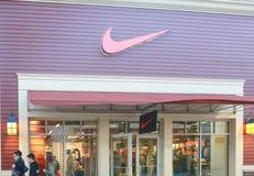 Nike lagerframdel i shoppinggalleria fotografering för bildbyråer