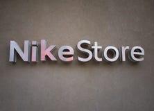 Nike lagerlogo på väggen Royaltyfri Bild