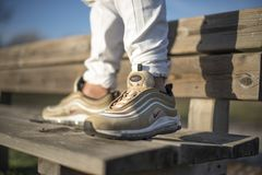 Nike Lotniczy Max 97 Złocistych butów w ulicie Zdjęcie Stock