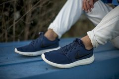 Nike Roche Run 2 skor i gatan Arkivfoto