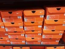Nike Shoes Boxes Stacked orange sur une étagère image stock