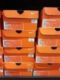 Nike Shoes Boxes Stacked orange sur une étagère photographie stock