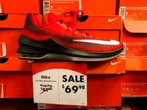 Nike Sneakers à vendre à un carnaval de chaussure Image libre de droits