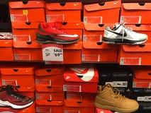 Nike Sneakers à vendre à un carnaval de chaussure Photos stock